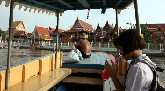 Taking the boat to the Wat Phanan Choeng.